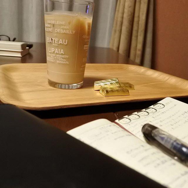 夜の#うちカフェノート部 です  今日は1人なので帰りにコンビニで盛岡冷麺買ってきて食べました(笑)  はぁ…気楽って素晴らしいww  帰宅したらポストにやっと一つ目のブツが届いてて、早速専用のやつにかぶせました  ってよくわかる話よね(手前の黒いやつ)  #手帳 #手帳ゆる友 #手帳時間 #能率手帳 #アイスカフェオレ