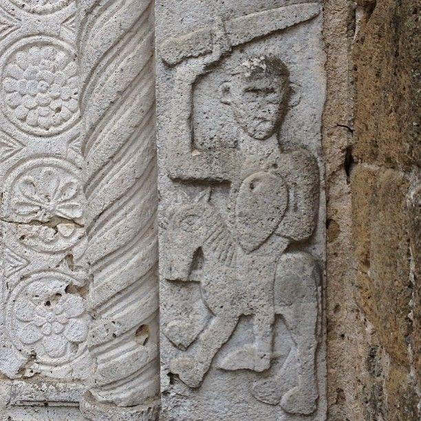 cavaliere armato di scudo e spada. Sovana trekking delle Vie Cave