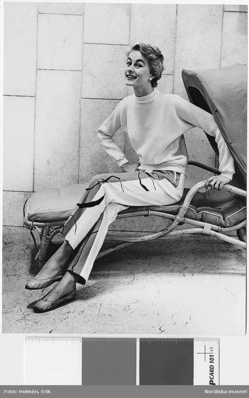 """Modell i långbyxa av inredningstyg """"Smoke"""", design Anders Beckman, NK:s Textilkammare 1955. Modell av Göta Trägårdh."""