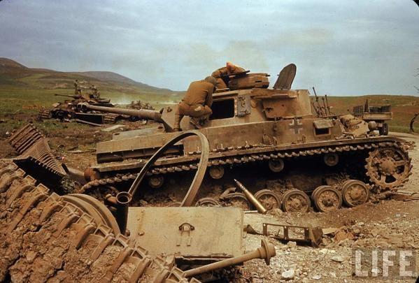Американские солдаты, проверяют подбитую немецкую технику. Битва за Эль Геттар. Тунис. Африка. Апрель 1943 г. 2МВ.