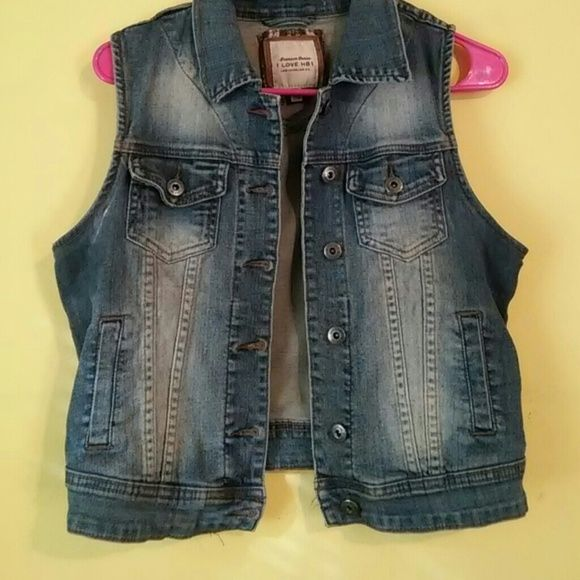 Light Wash Sleeveless Jean Jacket Sleeveless Jean jacket Worn twice Size Medium 2 pockets on each side Really cuteee just too tight over my bust Jackets & Coats Jean Jackets