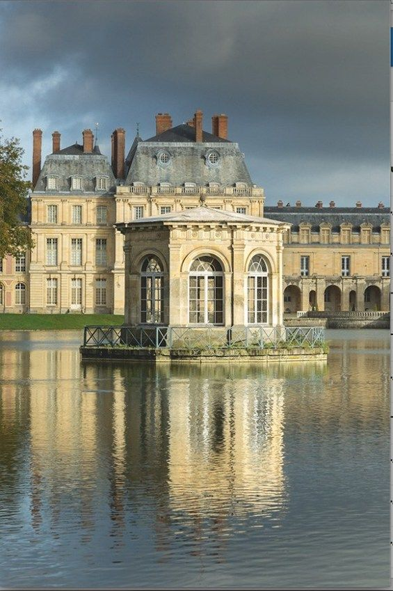 A Day At Chateau De Fontainebleau In 2020 French Castles Castle French Architecture
