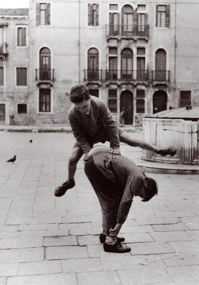 Negli 1960-70, la playstation, il telefonino, lo smart phone e tanti altri strumenti non esisteva: i giochi di una volta erano questi. a Milano
