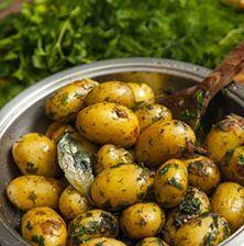 Ξεχάστε ότι ξέρατε για τις πατατούλες φούρνου. Αυτή η συνταγή θα σας ενθουσιάσει διότι ο συνδυασμός των αρωματικών με το κρασί και το βούτυρο, εκτοξεύει τη γεύση της πατάτας στα ύψη