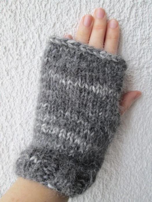 Si vous n'avez jamais essayé de réaliser des mitaines en laine car tricoter des doigts vous semble trop difficile, sachez qu'il est possible de tricoter des mitaines sans doigts. Voici une méthode très facile pour faire ce type de mitaine et garder ses menottes bien au chaud. par Audrey