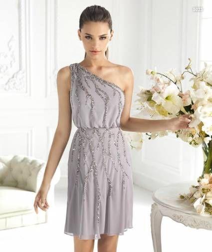 Vestido corto en color plata con incrustaciones de piedras para damas de boda - Foto La Sposa