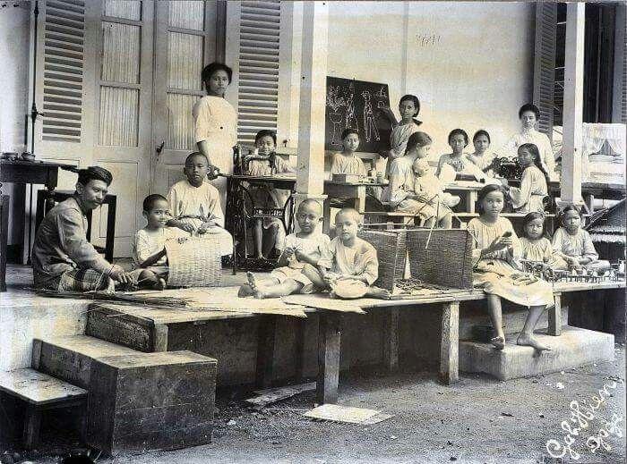 Murid-murid di sebuah sekolah sedang diberi pelajaran ketrampilan, Yogyakarta 1920  Foto: Gah Hien