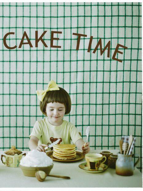 パンケーキがすき。おそらくみんなそうなんじゃないかと思う。 焼ける時のふわっと広がる、いい匂い。 「さあ、どうぞ」と目の前に置かれた、丸くて茶色のいい姿。いただきます、の前にちいさな歓声がつく。 「わー! いただきます」 どうしてパンケーキを食べるとなると、うれしい気持ちがあふれてくるのかはわからないけど、人をしあわせな気持ちにしてくれるものだってことはわかるし、確かなこと。もっとパンケーキのことを知りたくて……。 作りたい人も、ただ食べたい人も、みんなにパンケーキのある時間を。パンケーキを通してスマイルのある時間をお届けします。 「パンケーキレシピ」は、美味しい、こだわりのパンケーキをいつでも家で作ってみたい! という人に。フルーツやクリームたっぷりのスイーツ系のパンケーキから、野菜や雑穀を使った、体にやさしい食事系のものなど。3人のフードスタイリストに教わるパンケーキレシピを、パンケーキに合わせるコンフィチュールやソース、メープルシロップなどといっしょにご紹介。…