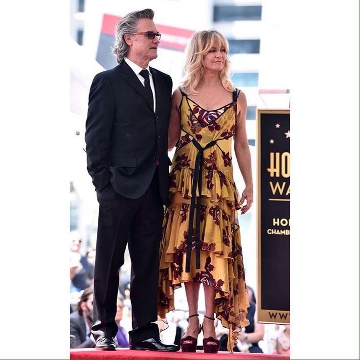 Голди Хоун с Куртом Расселом удостоились двойной звезды на Голливудской аллеи славы в Голливуде. ✔️ платье - Cinq a Sept Spring 2017  #bg_redcarpet • • • • •  #celebrity #style #fashion  #звездныйстиль #модаотзвезд #стильныеновости #стильная #голдихоун http://tipsrazzi.com/ipost/1509276483032464815/?code=BTyBvb_AD2v