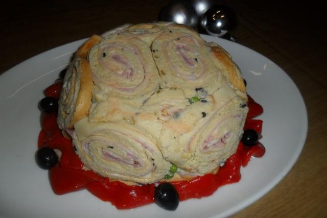Tarta de ensalada rusa y rollitos de pionono con jamón y queso