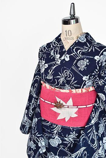 紺と白の清々しい二色で染め上げられた優美な曲線を描く流水と杜若、菊花模様が涼やかに美しい注染レトロ浴衣です。