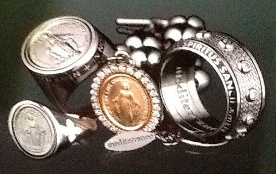 Nel Temporary shop di Oromagia a Morcone ora e' il momento dei gioielli sacri e trendy di Mediterraneo . Esclusivi e dal prezzo ora introvabile.