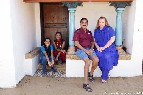 Estos son mi papá, mi madrastra, mi hermana mayor y yo, en India el invierno pasado.