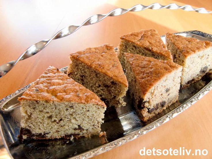 """""""Når du er god mot andre, er du best mot deg selv"""" (Benjamin Franklin). Men av og til er det på sin plass å være først og fremst god mot seg selv! For eksempel ved å kose seg med denne deilige, myke banankaken med sjokoladebiter. Så kan de andre kanskje få smake - hvis de oppfører seg pent;-) Oppskriften gir høy kake i liten langpanne."""