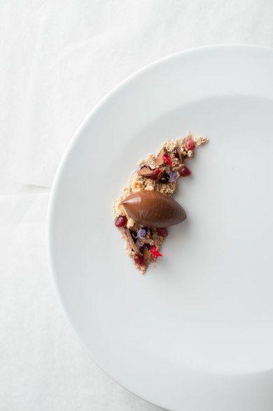 Chocolate crémeux with hazelnut praline powder and pomegranate at Vintage Cave. L'art de dresser et présenter une assiette comme un chef de la gastronomie... > http://visionsgourmandes.com > http://www.facebook.com/VisionsGourmandes . #gastronomie #gastronomy #chef #presentation #presenter #decorer #plating #recette #food #dressage #assiette #artculinaire #culinaryart