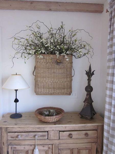 плетеная корзина с цветами как элемент декора стены