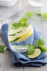 komkommer citroen muntwater Ingrediënten:  1/3 komkommer 1/2 citroen 1 takje verse munt ijsblokjes water