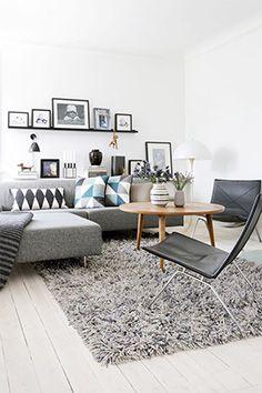 Donnez du caractère à un canapé gris grâce à des coussins à l'esprit géométriques.