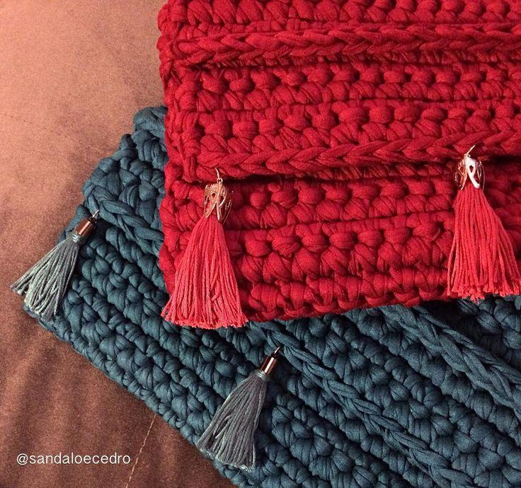 """""""Nossas clutches modelo franjas estão com a gente desde o começo! São lindas né? E essas cores?  Uma de cada, por favor! #clutch #handmade #feitoamao…"""""""