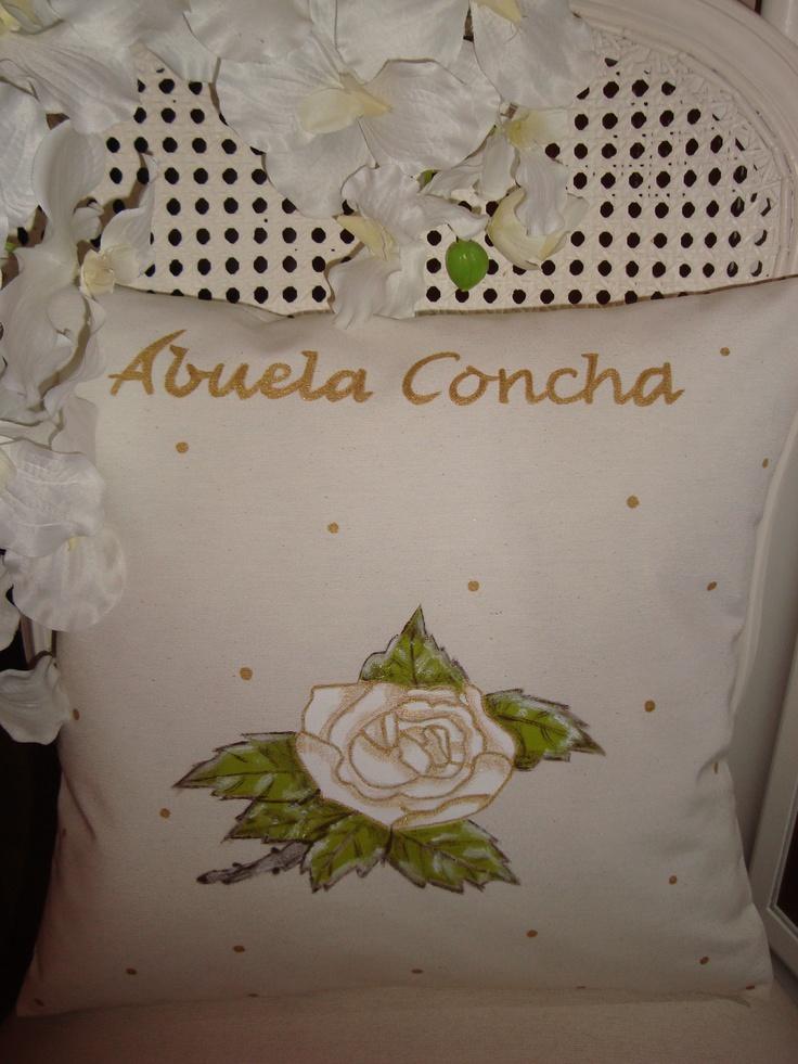 """Cojín personalizado para Concha.  """"Rosa blanca & lunares dorados"""".  20,00€"""