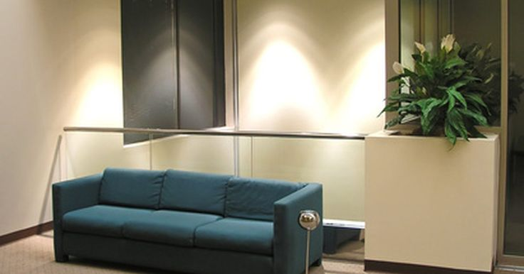 Como reparar um sofá descaído. O seu sofá envelhecido começou a ceder? Você fica praticamente enterrado no sofá quando relaxa em sua sala de estar? Se você não tem espaço no seu orçamento para mobiliário novo, não se preocupe: você pode reparar o seu sofá velho. Siga estes passos para encontrar o motivo da flacidez do seu sofá e traga-lhe uma vida nova.