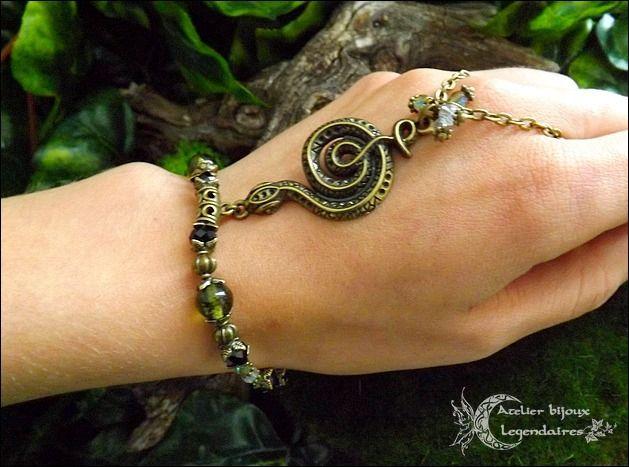 Bijoux de mains~Bracelet bague, Péridot,Obsidienne oeil céleste,Cristal de roche,cristal facetté, serpent et pentacle *Murmure éternel* : Bracelet par atelier-bijoux-legendaires