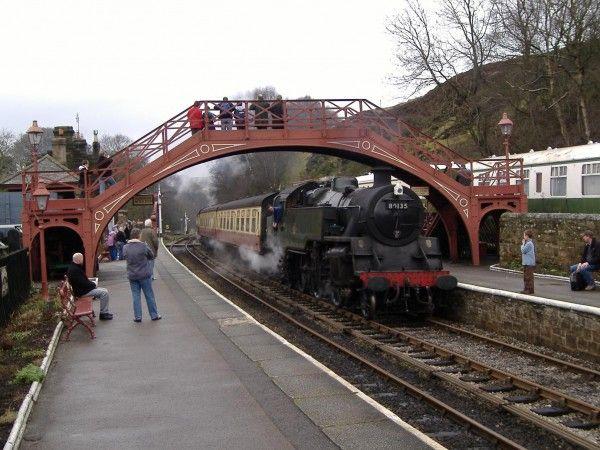 Gare de Goathland, North York Moors National Park (Angleterre) Une jolie petite gare qui a servi de décor pour celle de Pré-au-Lard et que vous pouvez traverser en train à vapeur (oui oui). Ça vaut d'autant plus le coup qu'elle est située dans le parc national des North York Moors dans le Yorkshire, parc qui a inspiré Emily Brontë pour Les Hauts de Hurle-Vent.