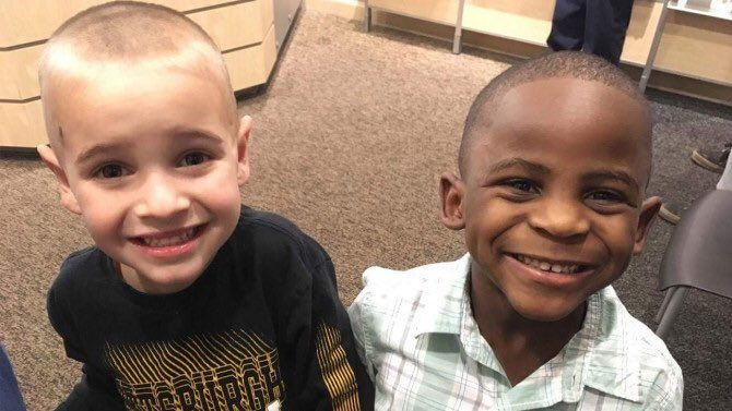 Jax e Reddy a darem uma grande lição aos adultos http://palavrasdoabismo.blogspot.pt/2017/03/uma-pequena-grande-licao.html #crianças #racismo #igualidade