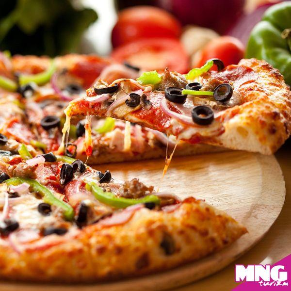 İtalya denilince akla ilk gelen pizzadır. Birçok farklı malzeme ile renklendirilen İtalyan pizzalarının en önemli özelliği ince hamur ile yapılması ve sunumda üzerine acı biberli zeytinyağı gezdirilmesidir.  #mngturizm #tatiliste #yurtdışıturları #italya #pizza #food #travel