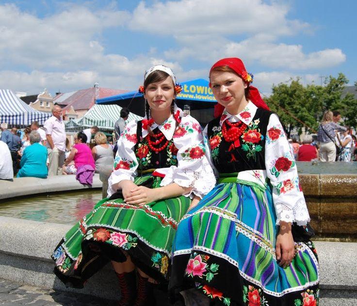 ウォビッツの聖体祭 を堪能し、その後に向かったのはウォビッツから南に下ったヴィスワ側沿いの「ポーランドで最も美しい町」とも言われるKazimierz Dolny (カジミエシュドルネ)毎年この小さな古都では6月の20日前後の週末3日間にフォークロアフェスティバルが開かれま...
