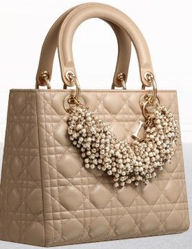 Dior-Lady-Pale-Belge-leather-Lady-Dior-bag-adorned-with-a-pearl-necklace                                                                                                                                                      Más