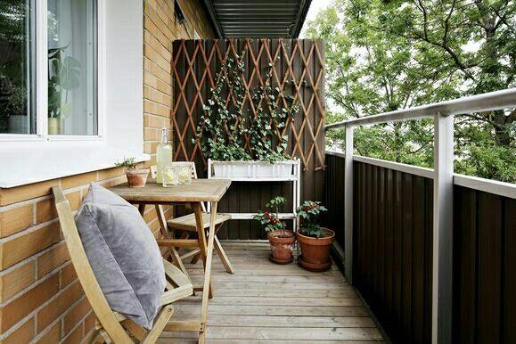 Trevlig balkongvägg - bakom dörren tex??