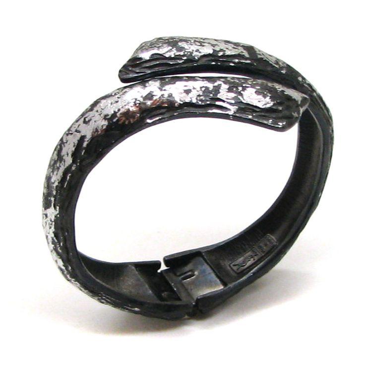 Voici ce que je viens d'ajouter dans ma boutique #etsy : YVES ST LAURENT, tres beau bracelet articulé avec ouverture sur le dessus http://etsy.me/2k2BkdK #bijoux #bracelet #yvesstlaurent #braceletysl #braceletarticule #bijouxysl #braceletvintage #bijouxdesign #colliersysl