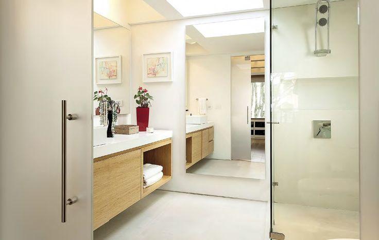 El baño principal proyecta Nitidez gracias a los materiales que siguen una misma gama de color y al uso de vidrio y espejos que hacen más transparente el espacio.