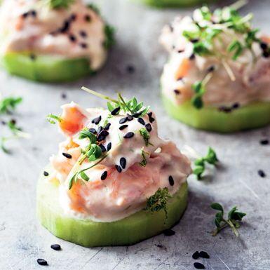 Krämig laxröra med smak av lime och stingig wasabi serverat på gurkskivor istället för bröd. Snabbfixat och fräscht. Toppa gurksnittarna snyggt med svarta sesamfrön och krasse.