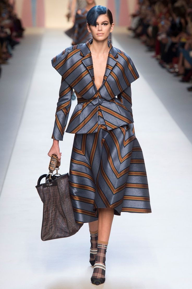 Fendi Spring 2018 Ready-to-Wear collection, runway looks, beauty, models, and reviews.
