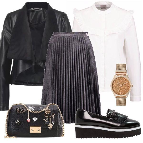 Orologio rosa e oro per dare luce ad uno stile black, giacca in finta pelle nera, borsa a tracolla black con fantasie colorate, camicia bianca e gonna a campana nera luccicante.