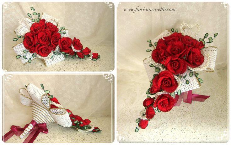 Bouquet di rose rosse all'uncinetto e perle bianche. Sotto bouquet all'uncinetto color oro e avorio.