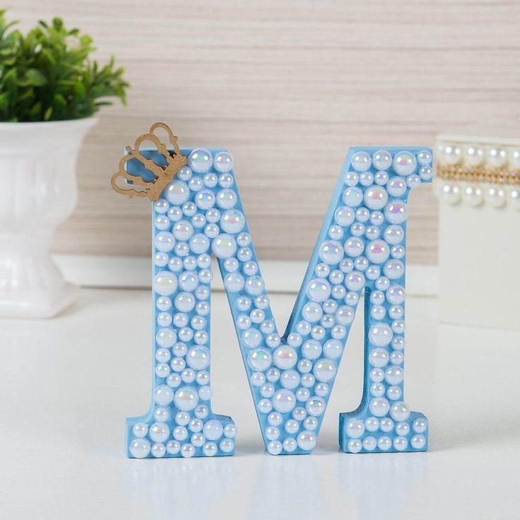 A Letra em MDF Personalizada Azul com Pérolas vai ficar incrível no quarto de bebê! Garanta a letra do nome do seu bebê para decorar o quartinho do jeito mais exclusivo, como toda mamãe sempre sonhou!