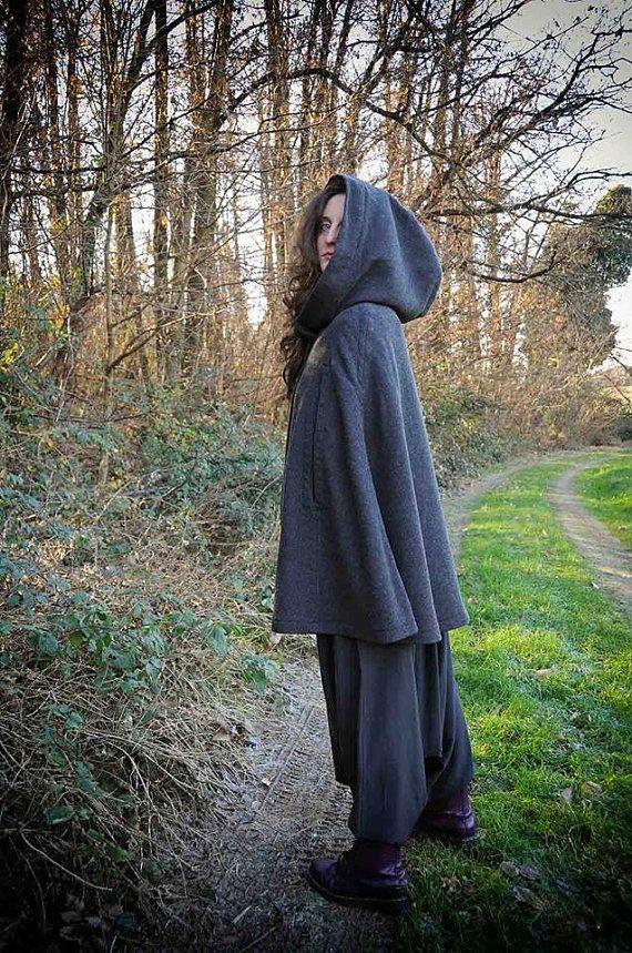 mantella grigia di lana con cappuccio