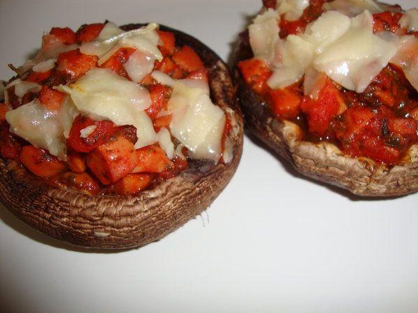 Ciuperci umplute cu carnaciori in sos picant - Bucataria cu noroc