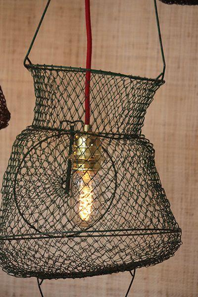 Des nasses de pêche Vintage chinées sur un vide grenier cet été et l'Atelier Falbala en fait une superbe suspension pour donner un air de vacances à votre intérieur toute l'année !