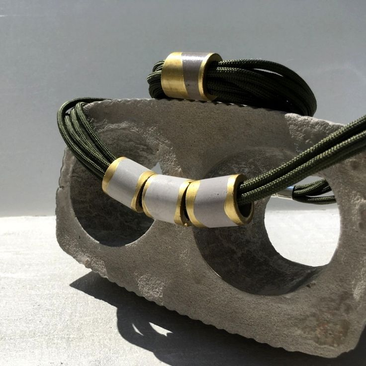 """Souprava+náhrdelník+s+náramkem+""""Jemnocit+Olivový""""+Něžný+podzimní+set+náhrdelník+snáramkem+""""Jemnocit+Olivový""""+zbetonu+a+šňůrek+olivové+barvy.+Ručně+vyrobený+šperk+autorského+tvaru,+doplněný+o+zlatou+barvu+a+pohodlné+magnetické+zapínání.+Velikost+šperku:+3+x+přívěsek:výška:+2,3+cm,+šířka:+2+cm,+váha:+8+g+Materiály:+Šperky:jemný..."""
