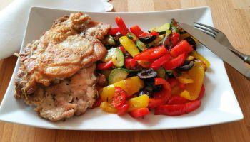 Křupavé kuře na rozmarýnu se zeleninou a olivami