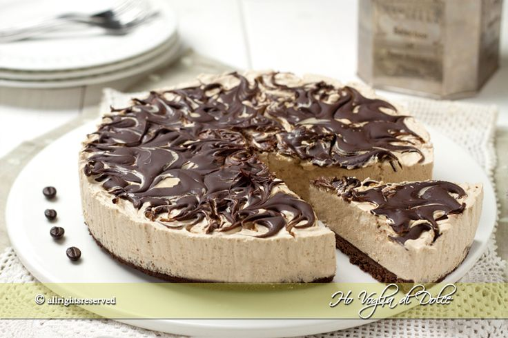 Cheesecake al caffè e cioccolato, una ricetta senza cottura e senza forno. Un semifreddo al caffè facile da preparare. Una cheesecake con mascarpone e caffè