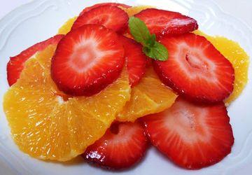 Салат с клубникой, апельсинами и мятой