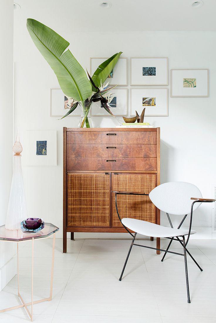 Estas obras de distintos artistas fueron compradas en el evento benéfico Postcards from the Edge en Nueva York. El mueble y la silla son vintage. La tela de la silla es de Holly Hunt. En el mueble, el florero de cerámica y el bol son de Gunnar Nylund para Rörstrand, Suecia, y fueron comprados en Etsy.