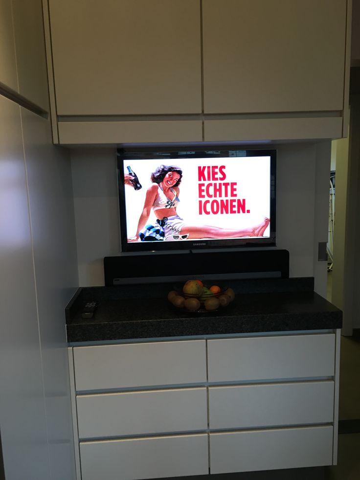 Installatie van een Samsung flatscreen televisietoestel in deze keuken. Omdat onze klant ook extra geluid wenste voegden we een Sonos Playbar toe aan het bestaande multiroom muziek systeem #smartliving