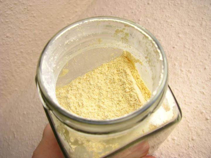 Tudjátok, mi ez? Narancspor!!!! Most készítettem el, és a karácsonyi marcipános-aszalt vörös áfonyás sütemény tetejére kerül! Elkészítése: Négy narancs héját lereszeljük, egy tálcán a radiátor tetején teljesen megszárítjuk, majd 10 dkg porcukorral összedaráljuk. Az illatára szavak nincsenek.  (A recept Mautner Zsófi Chili és vanília blogján található.)