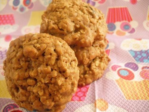 °~biscuits a la mélasse,au gruau et aux dattes.~° de Karine b. - Pour environ 34 biscuits. 1/2 tasse de margarine 1/2 tasse de cassonade 2 oeufs 1/2 tasse de mélasse 1 3/4 tasse de farine 1 c.thé de soda 1/2 ... (ils sont écoeurants, val)
